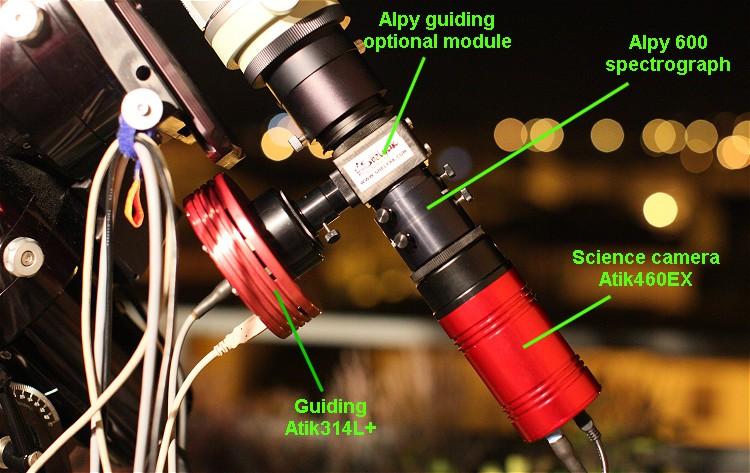 Photographie du montage d'un spectroscope Alpy600 sur une lunette astronomique. Crédit image : Shelyak.com
